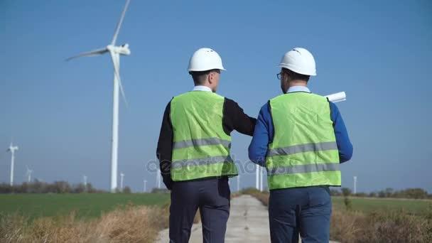 Dva inženýři diskutovat proti větrné farmy