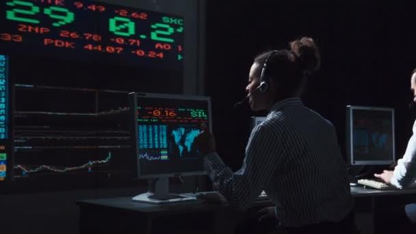Futurisztikus hivatalban dolgozó nő bróker