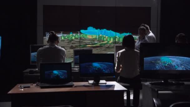 Forscher, die tracking-Hurrikan auf monitor