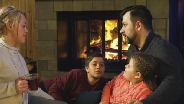 Inhalt Familie am Kamin vor Weihnachten