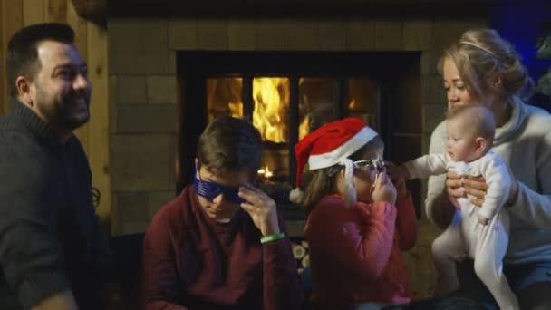 Freunde mit Familien feiern Neujahr