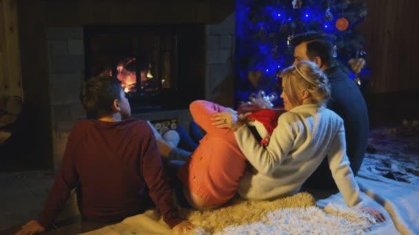 Familie, die viel Zeit am Kamin in Weihnachten