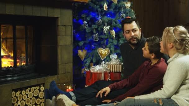 junge glückliche Familie entspannt sich auf einem struppigen Teppich