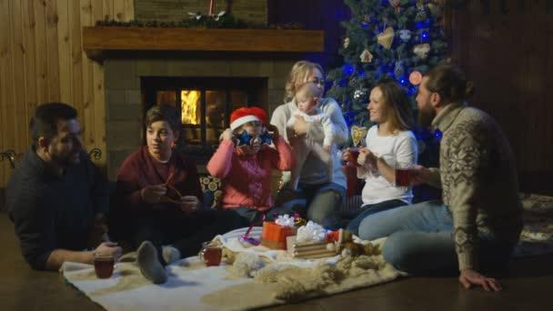 Zwei junge Familien feiern Weihnachten
