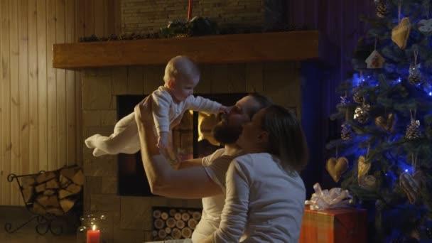 Mladá rodina s dítětem slaví Vánoce