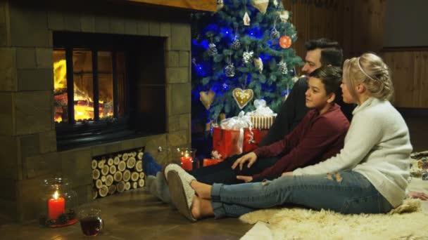 Junge glückliche Familie entspannen Sie sich auf ein shaggy Teppich