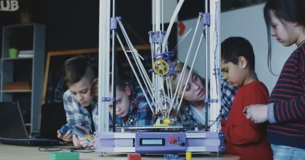 Kinder studieren Verfahren des 3D-Drucks