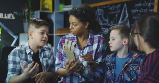Lehrerin diskutiert mit Kindern über künstliche Prothese