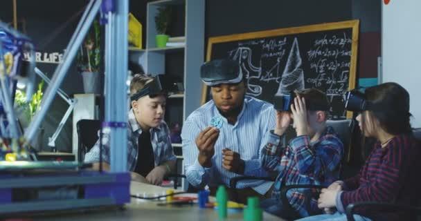 Mann mit Schüler studieren Vr-Technologien