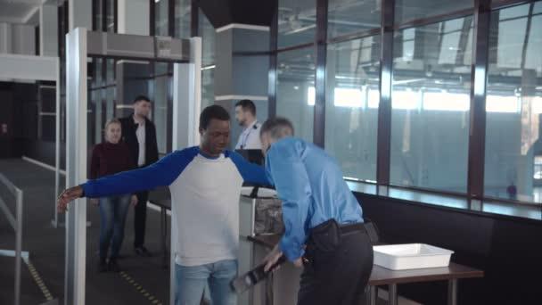 Rozmanité cestujících předáním bezpečnostní kontroly
