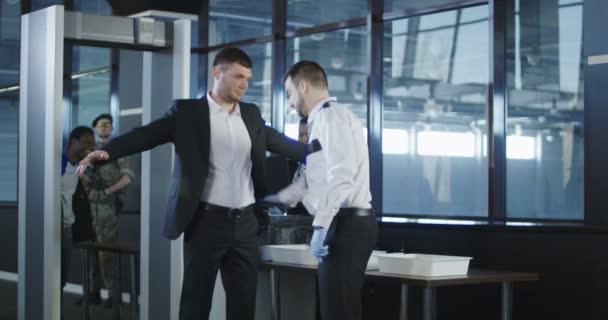 Agent zabezpečení pomocí detektoru kovů na muže