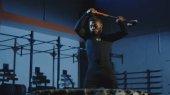 Vážnou atletický muž udeří pneumatice s kladivem