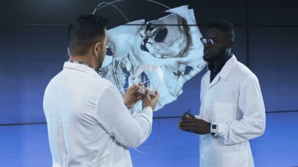 Lékařské vědci zkoumající lidskou lebku