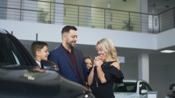 Šťastná rodina dostává nové auto v salonu