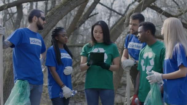 Mädchen-Koordinationsgruppe von Freiwilligen