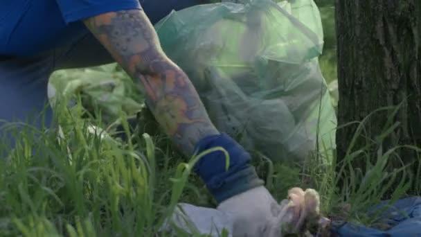 Ernte-freiwilligen Müll aufsammeln