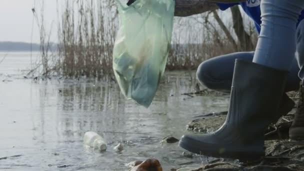 Ernte-Menschen, die Wasser des Teiches Aufräumen