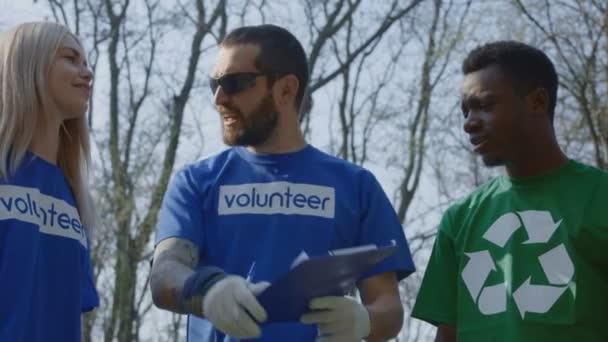Freiwillige mit Koordinator feiert großes Werk