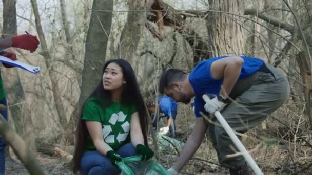 Freiwillige sammeln Müll im Wald ein
