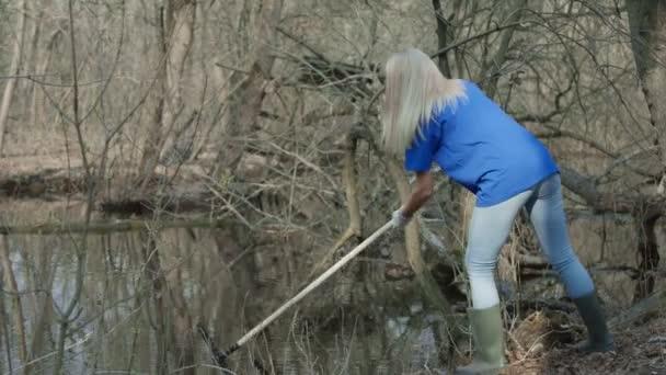 Dívka v dobrovolných clean-up