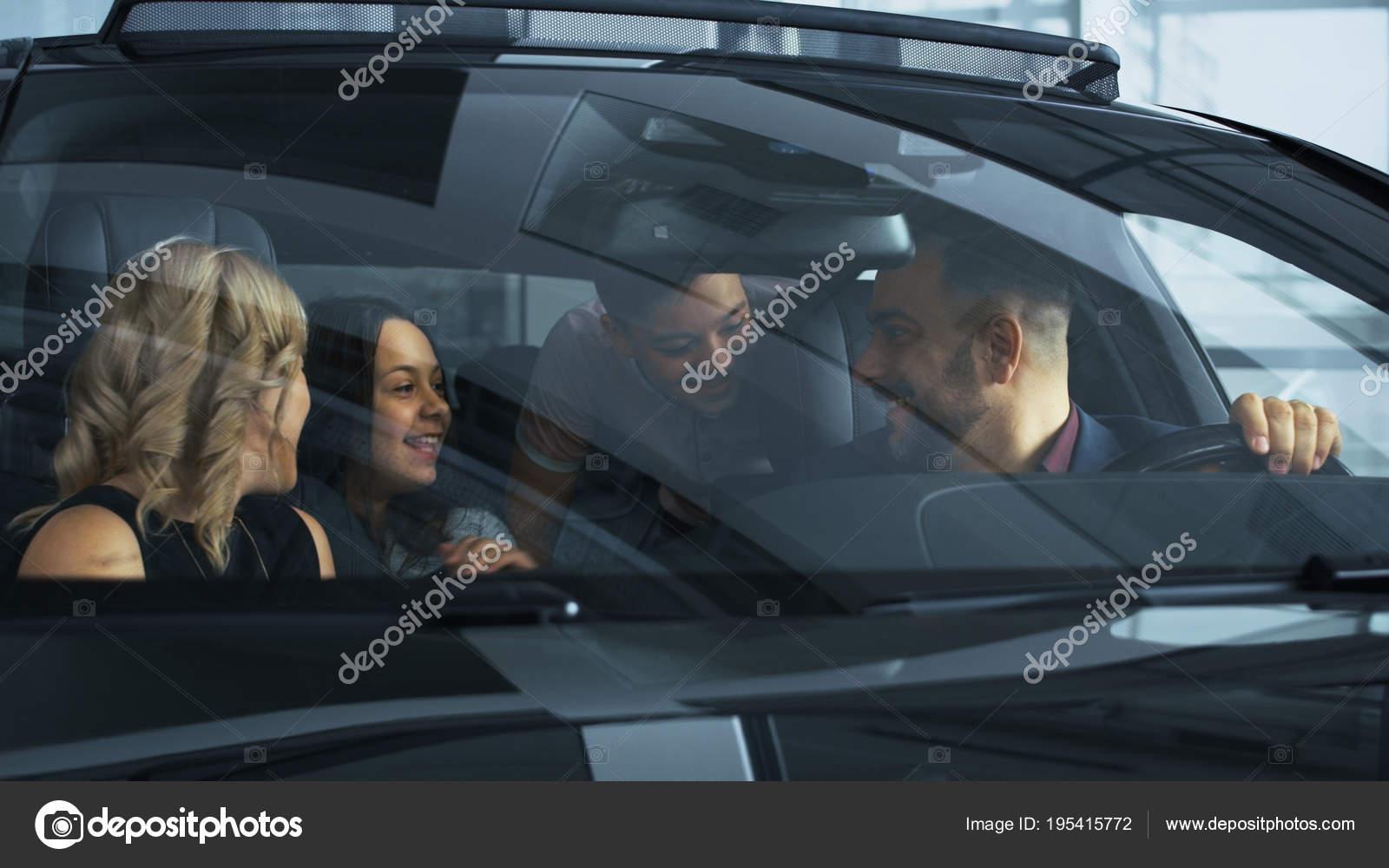 Gelukkig gezin met kinderen in nieuwe auto u stockfoto