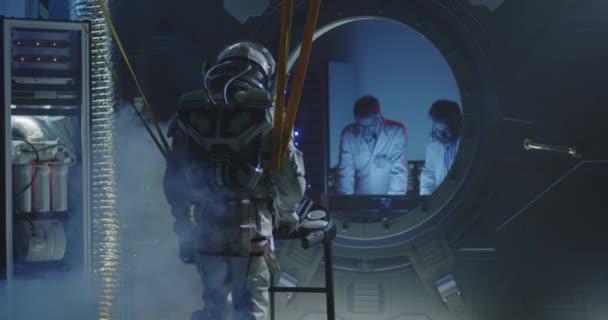 Astronaut kráčí na běžícím pásu