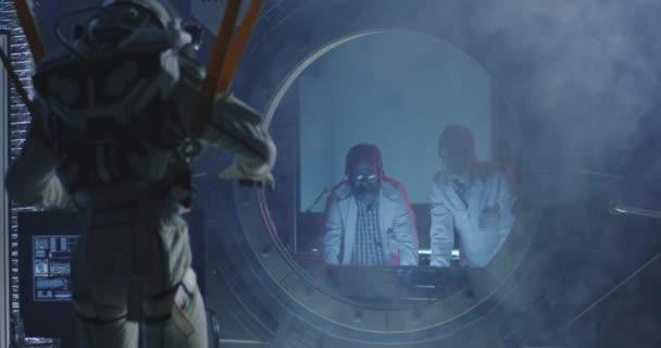 Astronaut pohybující se končetiny, zatímco visí na pásech