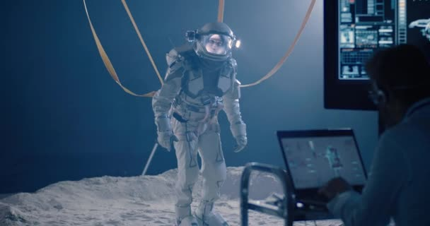 Astronaut a vědci testují mobilitu skafandrů