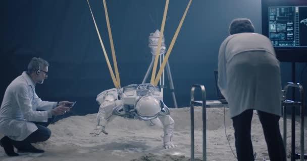 Astronaut a vědci testují na nulovou gravitaci