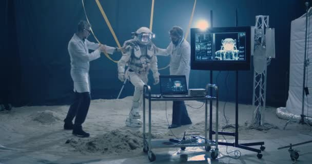 Astronaut a vědci se připravují na test nízké gravitace
