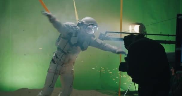Natáčení scény s astronautem bojujícím proti větru