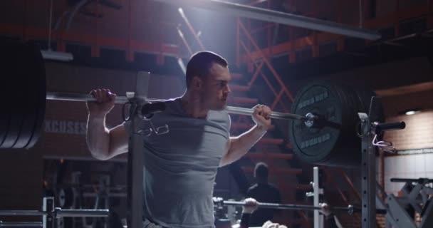 mladý muž pracuje v tělocvičně