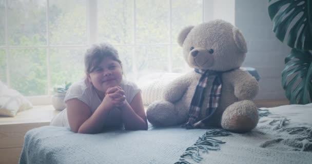 A lány otthon imádkozik