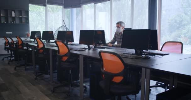 Muž pracující v úřadu sám