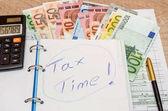 daňový formulář s eurobankovkami