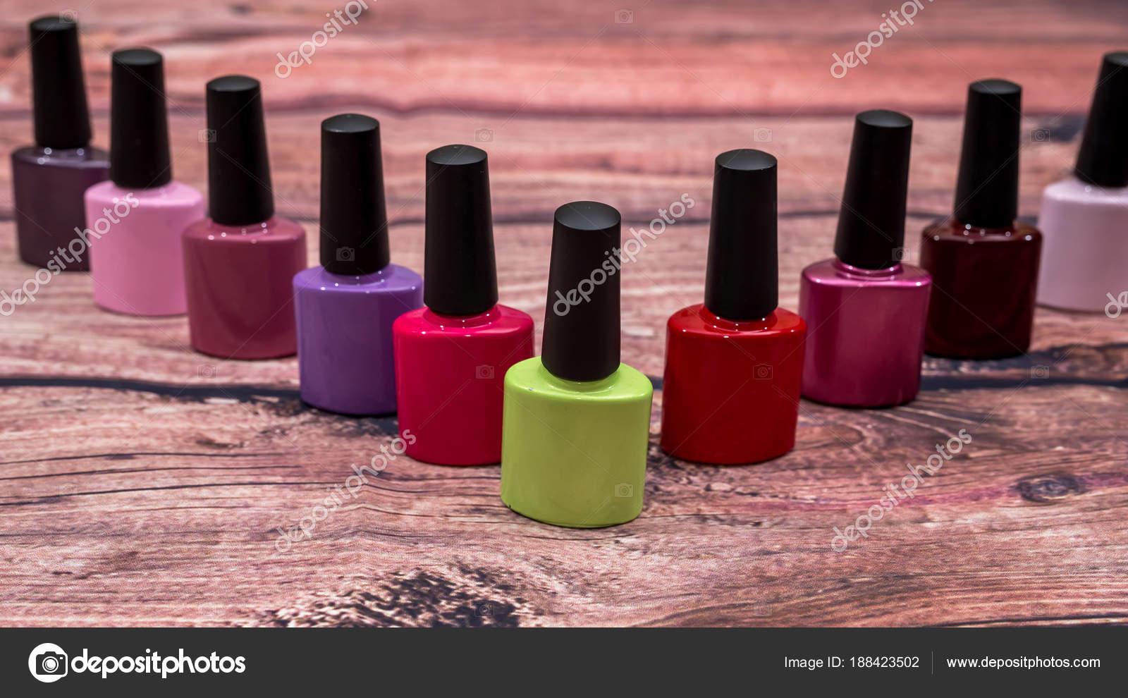 Bouteilles vernis ongles petit coloré différent sur bureau bois