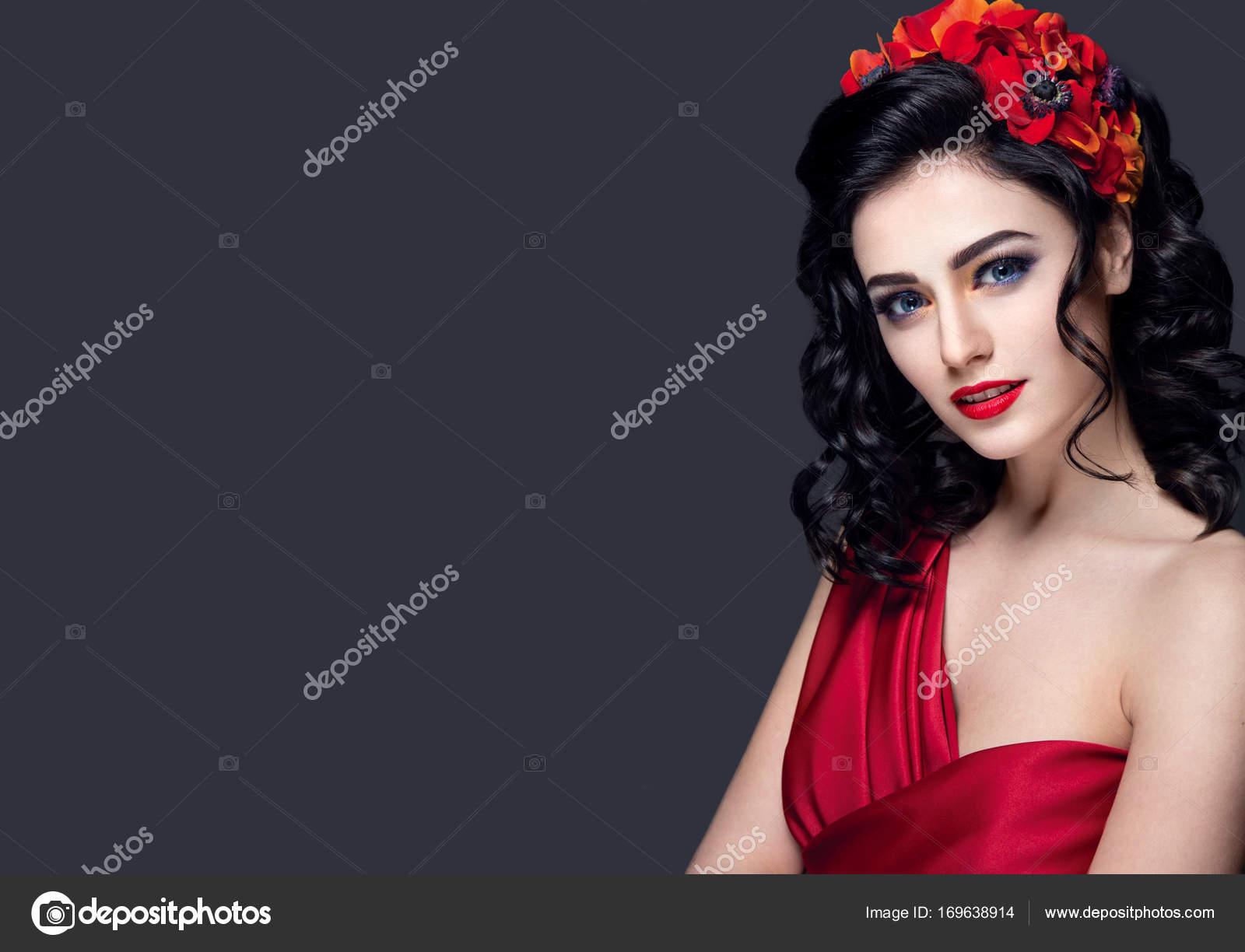 Mladá dívka s červenými květy do vlasů — Stock Fotografie ... 64848f3251