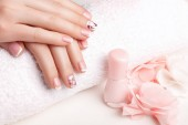 Photo Female hands with nail art in pastel colors