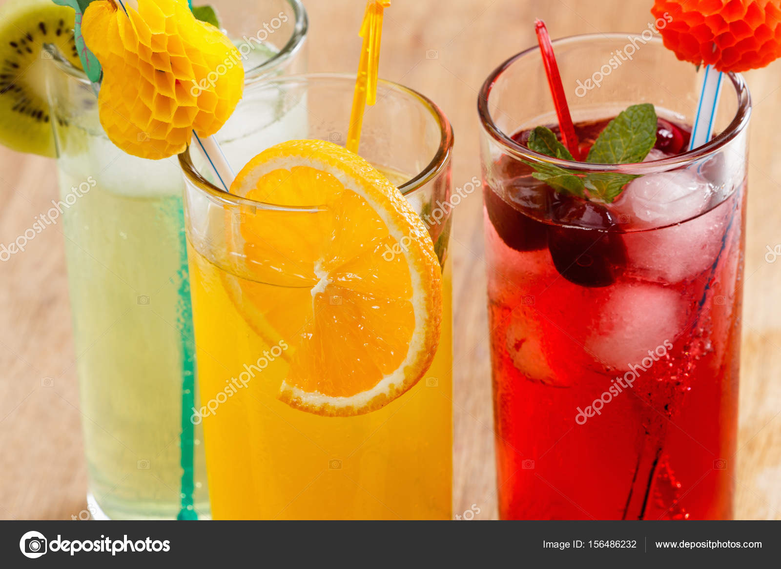 Sommer-Getränke, cocktail mit Eis, Saft und Obst — Stockfoto ...