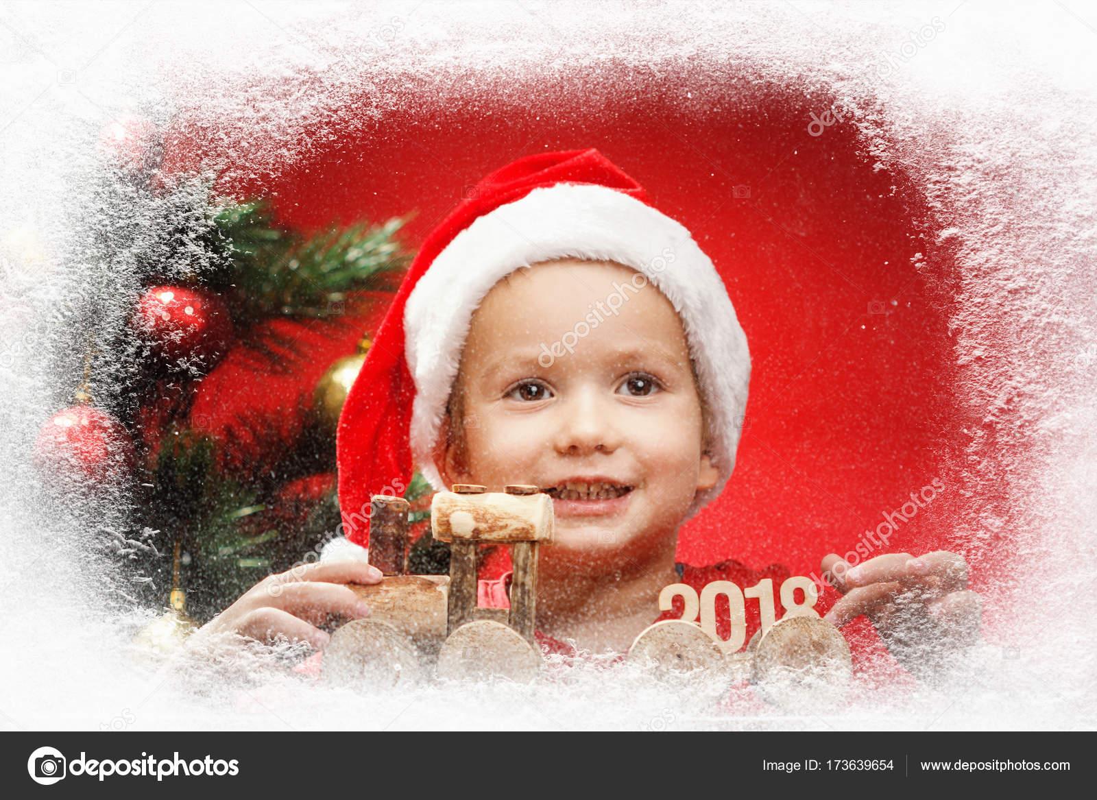 Gluckliches Kleines Kind Mit Weihnachten Geschenke Spielzeug