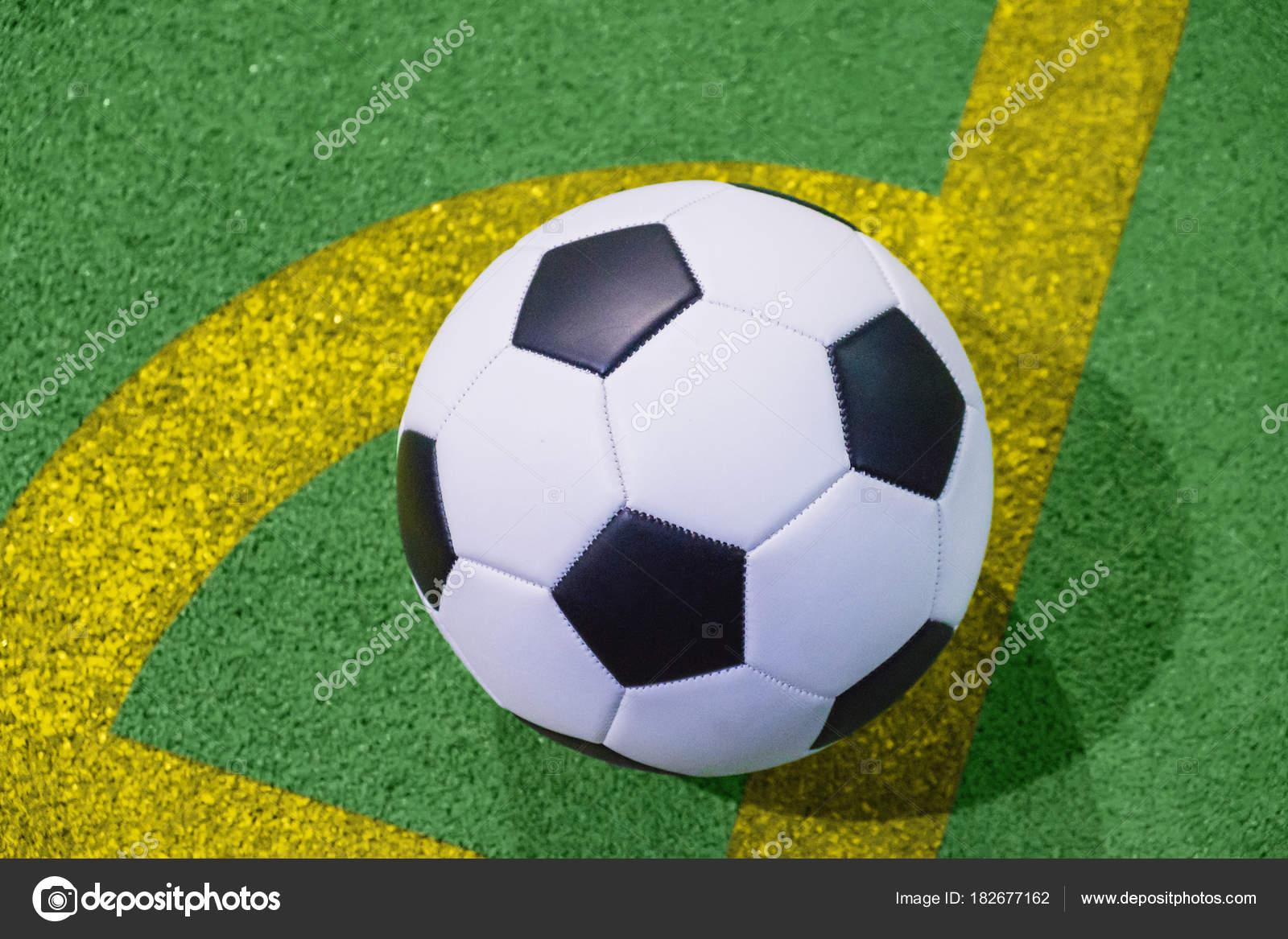 Bola de futebol em um canto chutar a linha em uma vista superior de relva  artificial 2ca1891b54a3b
