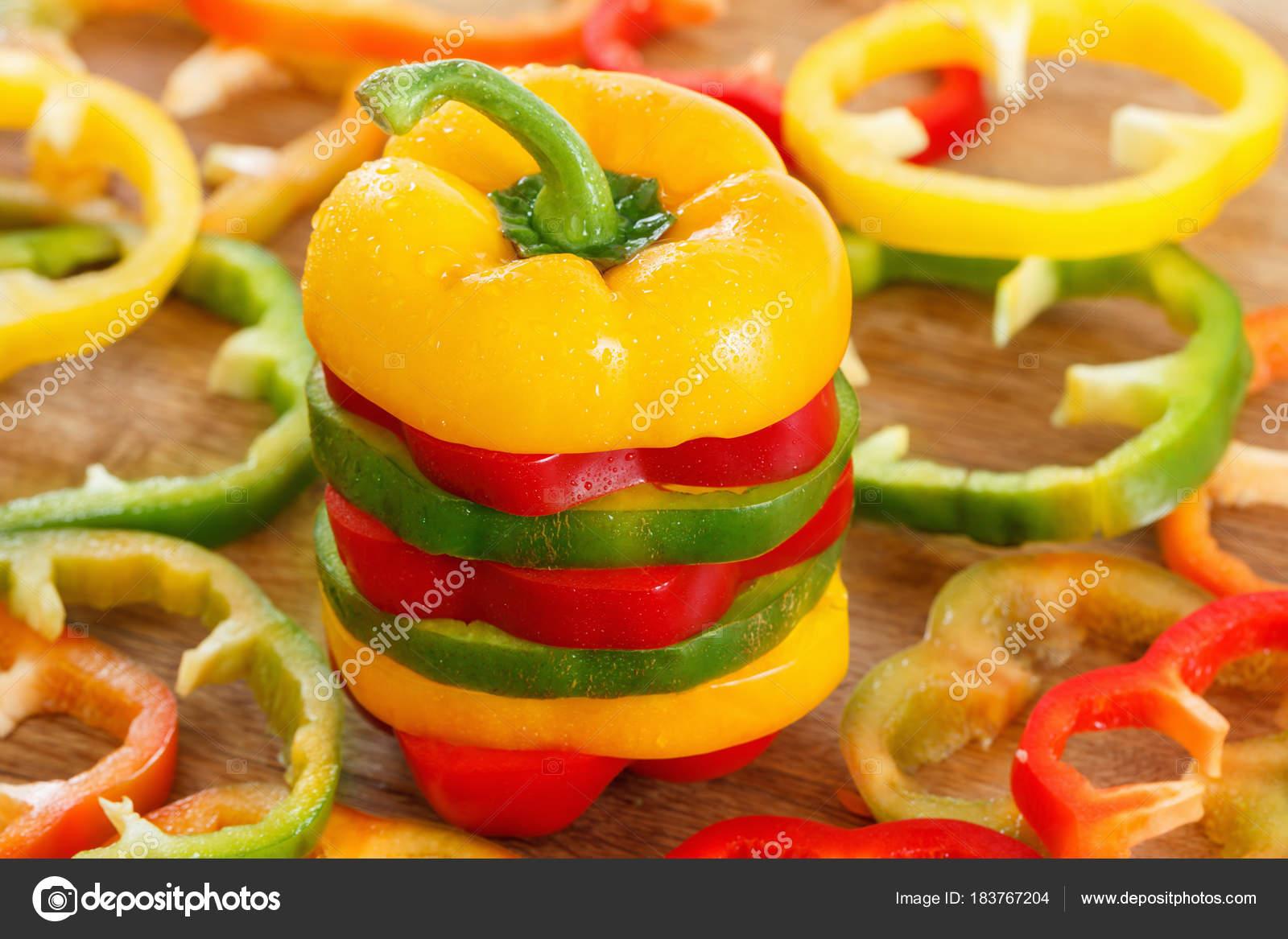 Здоровая женщина есть пряный перец красного chili диета, концепция.