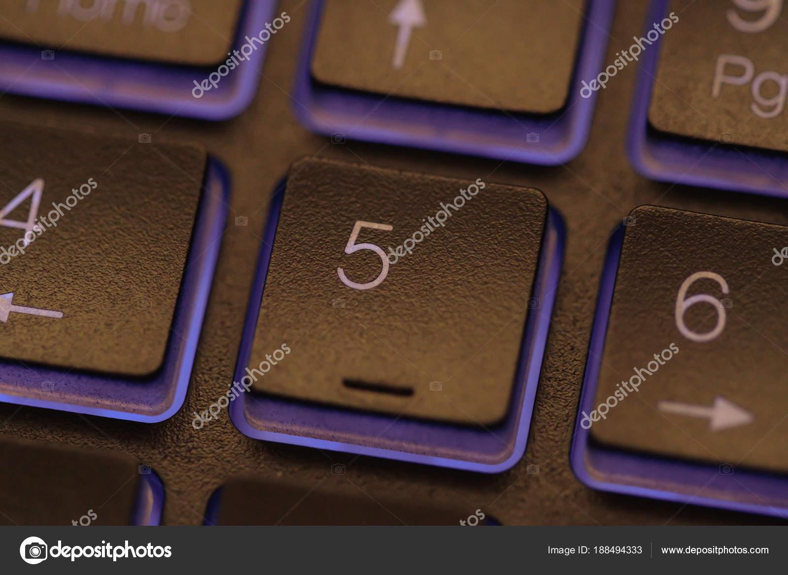 Primo piano di illuminazione della tastiera del computer portatile