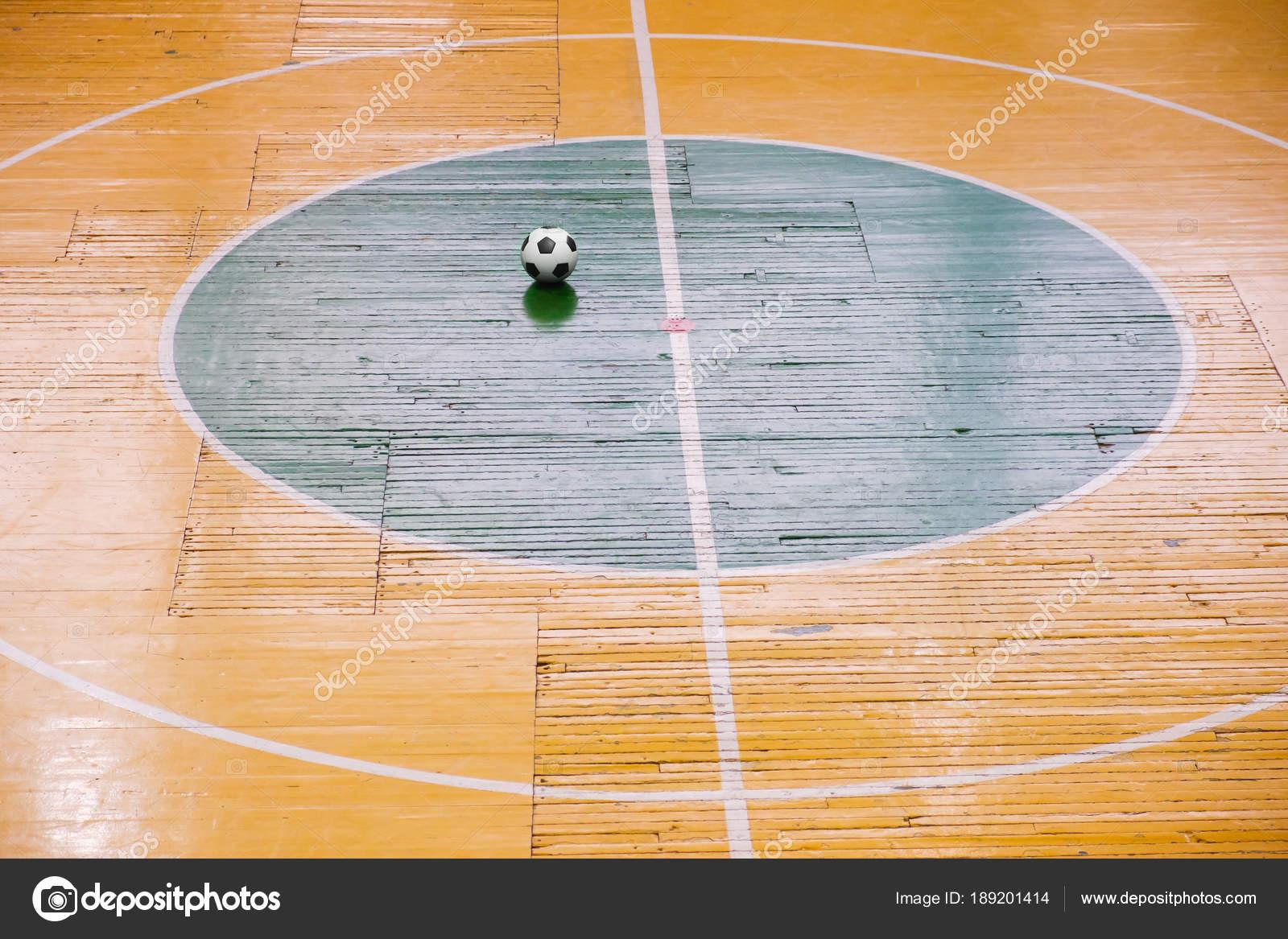 Vista superior– imagem de stock. Estádio de futebol ou futsal com uma  marcação brilhante do campo de jogo e bola no 73aae6f66c267