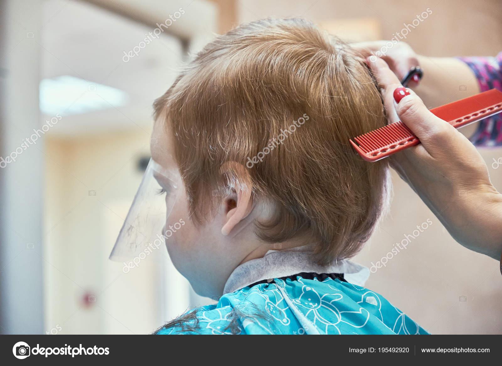 Niedlichen Kleinen Jungen Mit Haare Schneiden Stockfoto