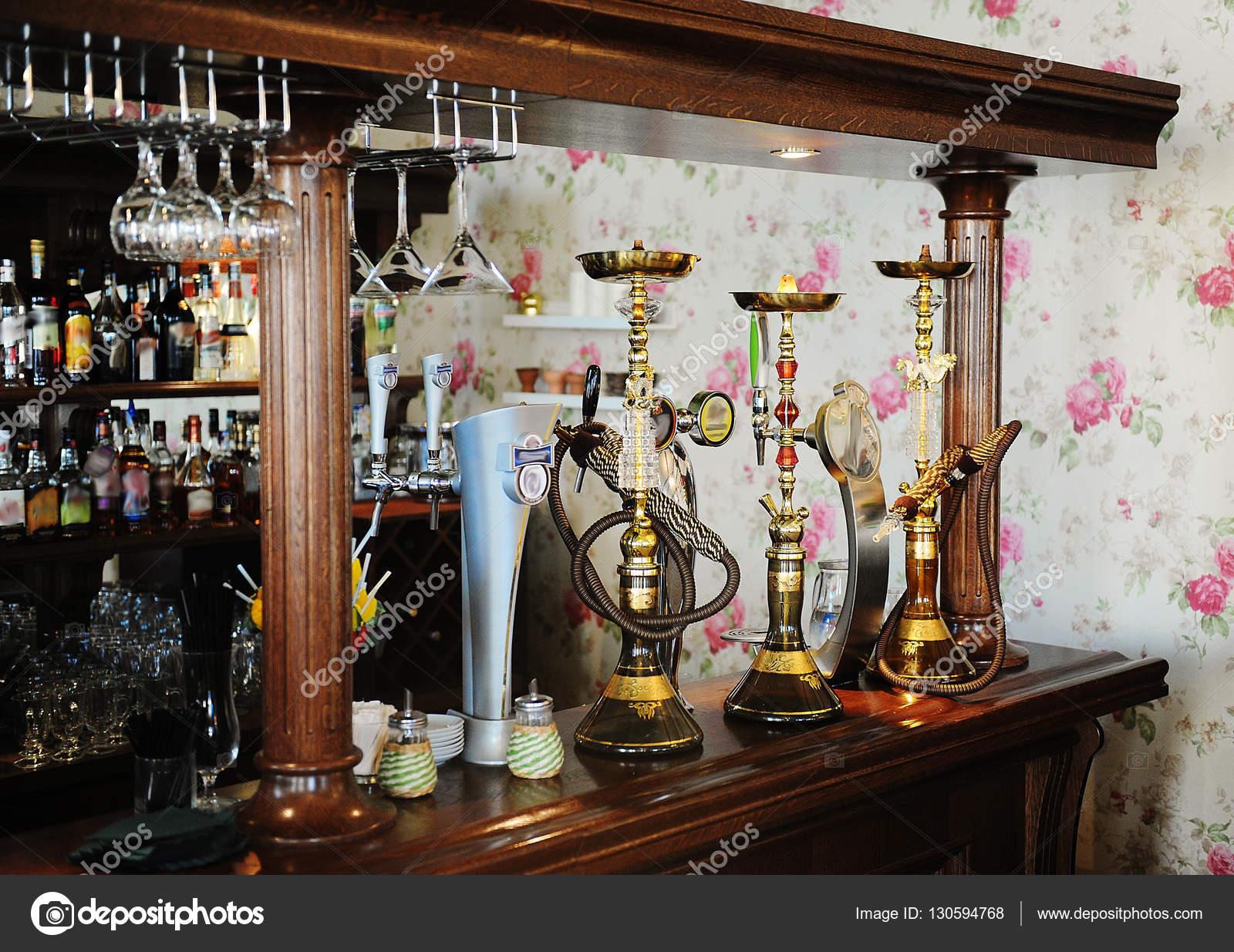 Die Bar im Restaurant. Bier vom Fass, Shisha, Alkohol-Vitrinen ...