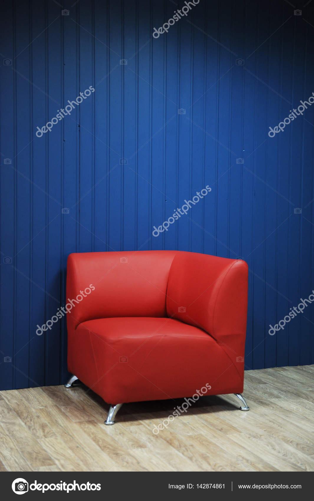 Rotem Ledersessel Auf Dem Hintergrund Eines Blauen Wänden. Textur Für Die  Gestaltung U2014 Stockfoto