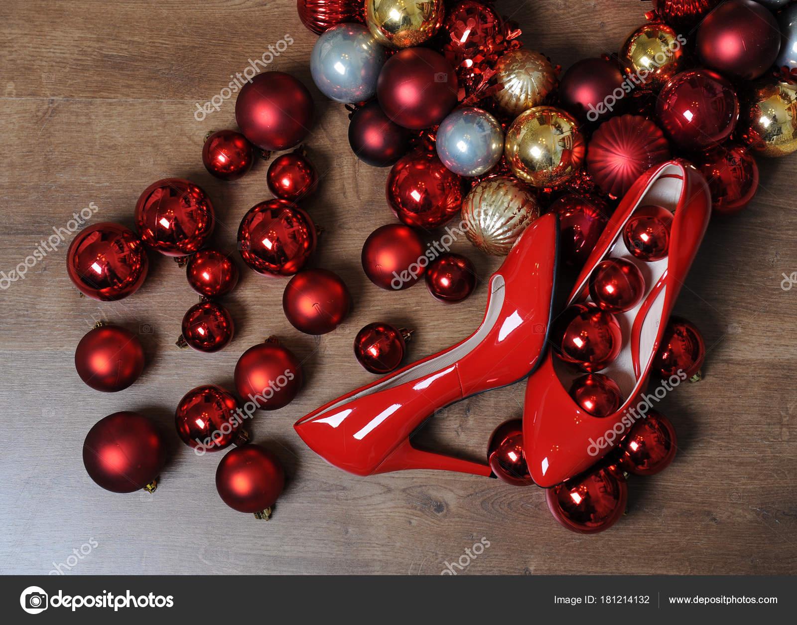Kranz Aus Weihnachtskugeln.Weihnachten Komposition Rot Lackierte Schuhe Mit Absatzen