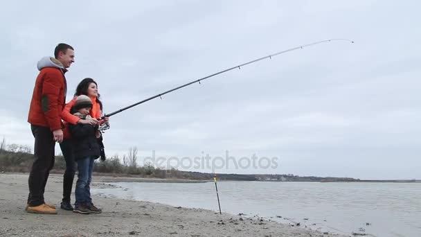 Apa, anya és kis fia, horgászat.