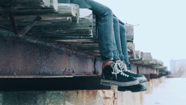 Elegantní oblek. Close Up ženy kotníkové boty a muži zimní boty. životní styl. Ženské a mužské módě. Stylové boty